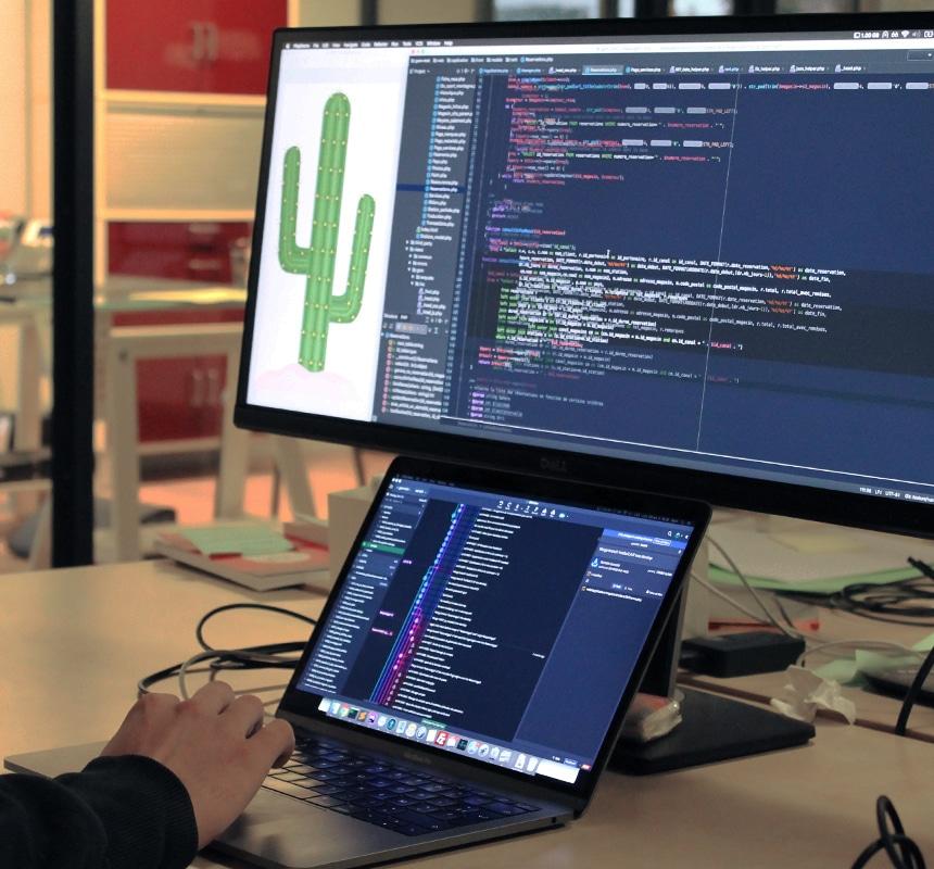 Un développeur travaillant sur son éditeur de texte