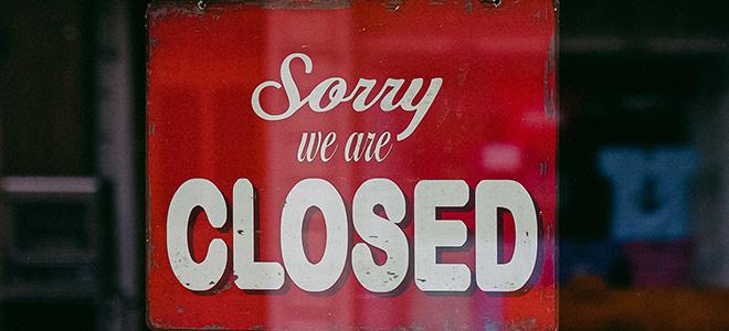 panneau de fermeture sur une devanture de magasin