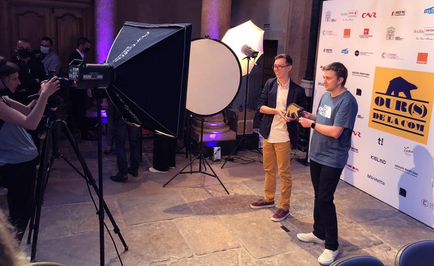 Robin Simonklein et Florian Weidmann devant le photo-booth des OURS DE LA COM 2021
