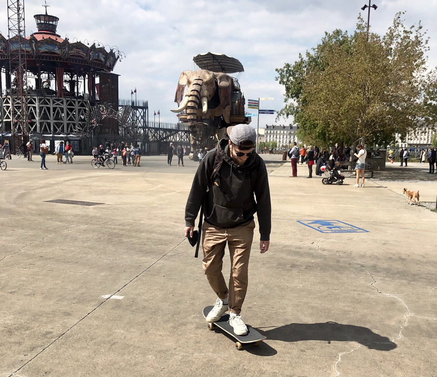 Jeune homme faisant du skateboard