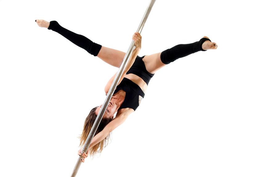 Cécile qui s'entraine au pole dance
