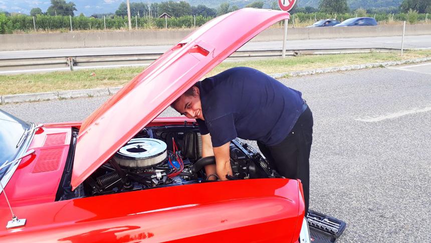 Réparation d'une voiture en bord de route