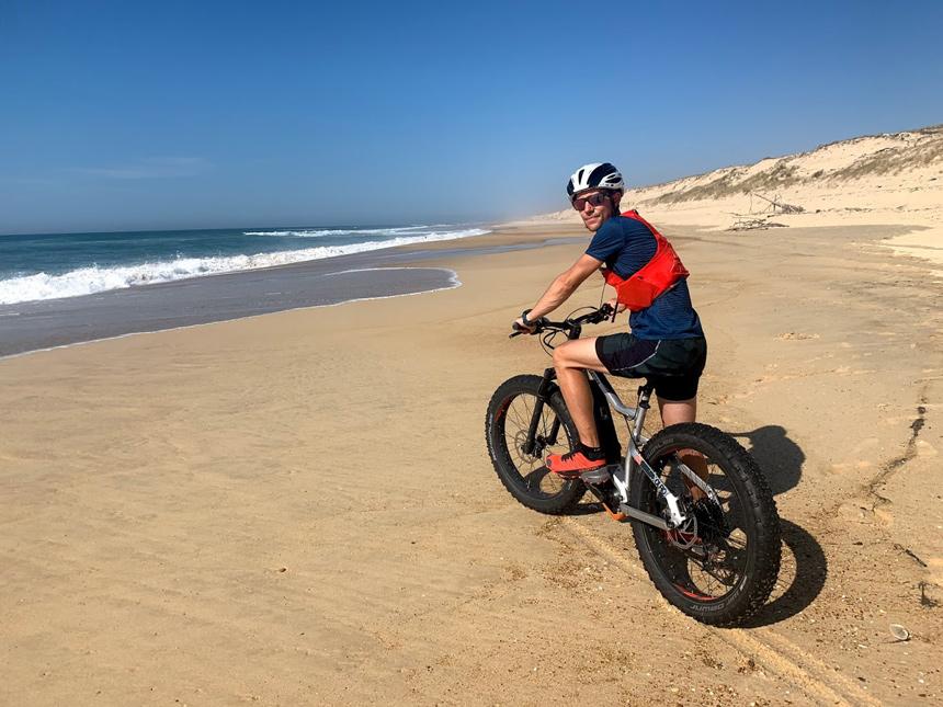 Paul en vélo sur une plage des Landes