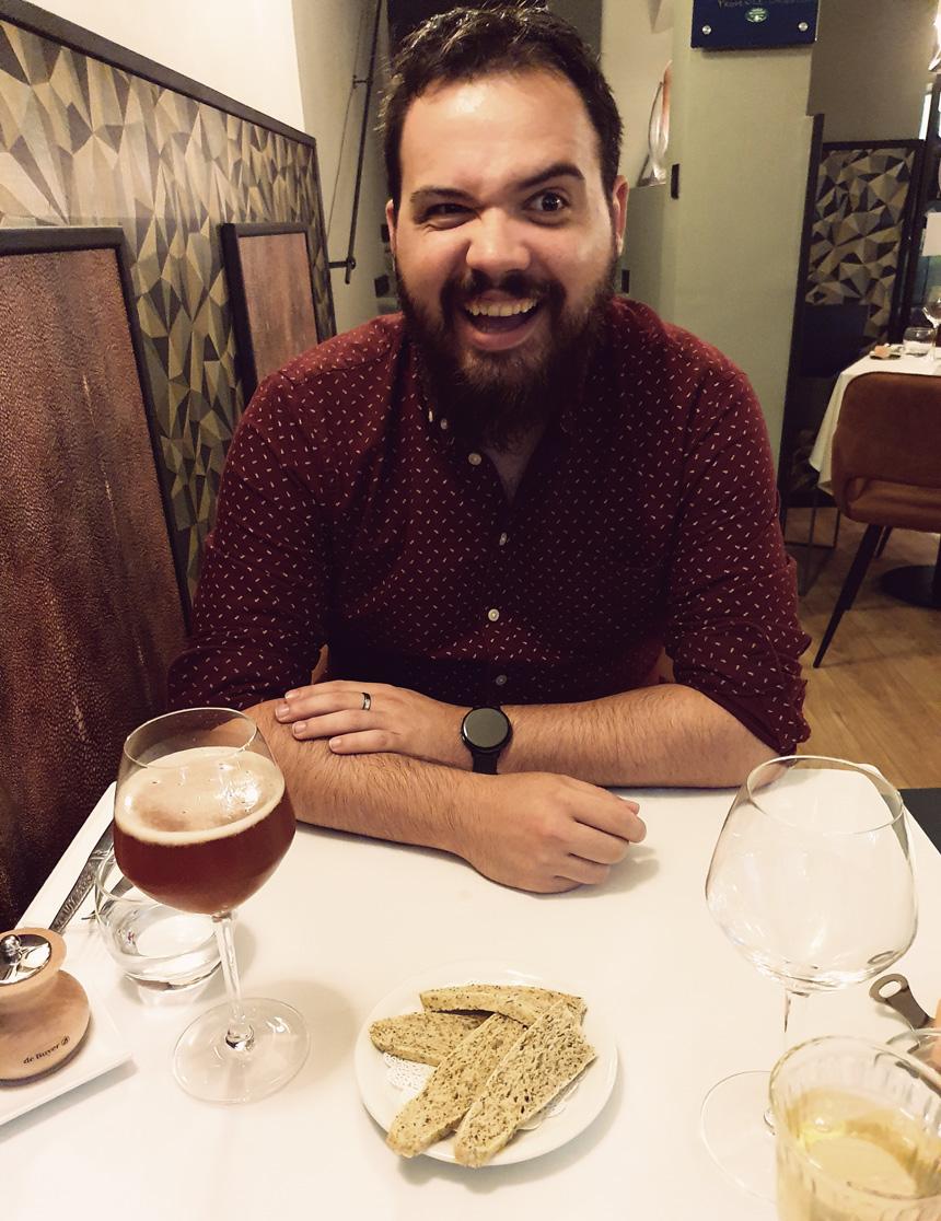 Sémillant jeune homme barbu au restaurant